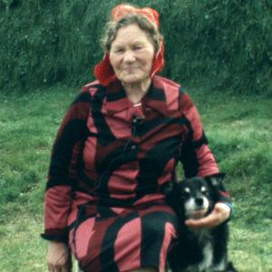 Kaarina Kitti koiransa kanssa