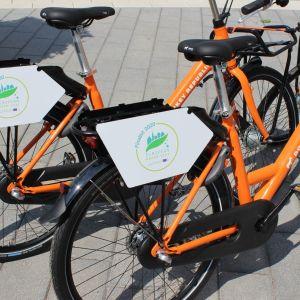 Kaksi oranssia polkupyörää rinnakkain.