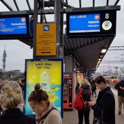 Situationen på en tågstation, morgonen den 28.10.2014 då tågen på flera sträckor stod still.