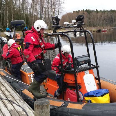 järvipelastajat siirtyvät pelastusveneeseen
