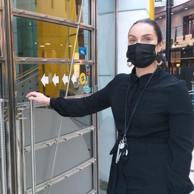 Nainen pankin ovella