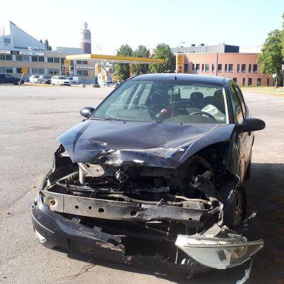 Bilen fick förarsidan intryckt i kollissionen.