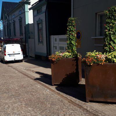 Massiiviset kukkaistutukset ovat osa Oulun turvallisuusjärjestelyitä.