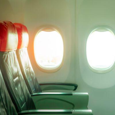 Tyhjiä istuimia lentokoneessa.