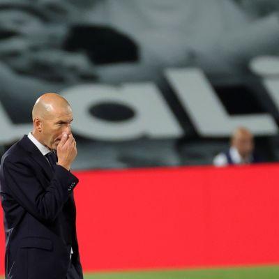 Zinedine Zidane mietteliäänä kentän laidalla.