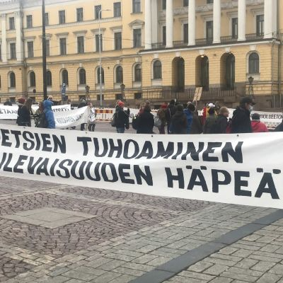 Meri-Rastilan kaavaa vastustavat mielenosoittajat kokoontuivat Senaatintorille keskiviikkona.