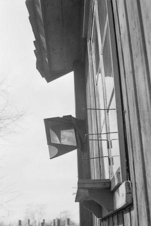 Skvallerspegel vid fönstret av ett trähus i Åbo i medlet av 1900-talet.