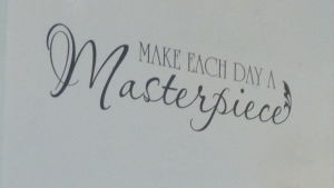 """Citat på vägg: """"Make each day a masterpiece"""""""