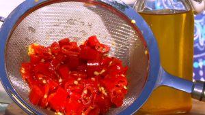 Chiliolja på flaska och rester.