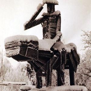 Ossi Somma otti kantaa ratsastajapatsaskulttiin tekemällä Marsin patsaan palaneen koulun hirsistä 60-luvun lopulla