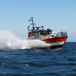 En sjöräddningsbåt kör på havet