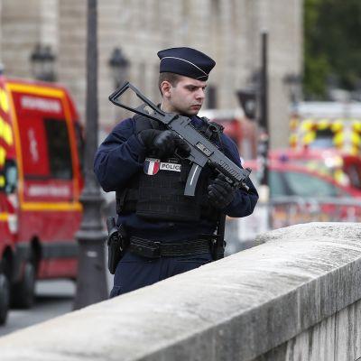Poliisit partioivat lähellä pääpoliisiasemaa Pariisissa 3. syyskuuta.