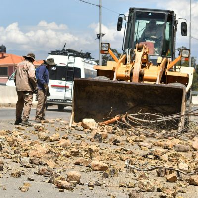 Raivaustraktorilla raivataan tietä puhtaaksi esteistä Cochabambassa, Boliviassa 22. marraskuuta.