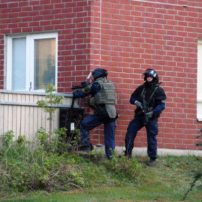 Raskaasti aseistetut poliisit asemissa Espoon Mäkkylässä