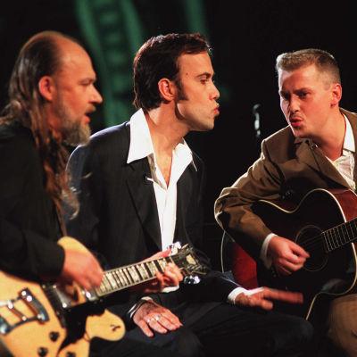 Muusikot Tuomari Nurmio, Aki Sirkesalo ja Sami Saari Groovymeisseli-ohjelmassa 1996.