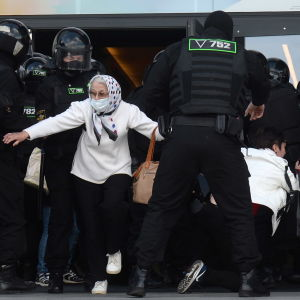 Belarusisk polis griper demonstranter i huvudstaden Minsk på söndagen.
