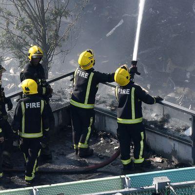 Palomiehet sammuttavat Grenfell Towerin paloa.