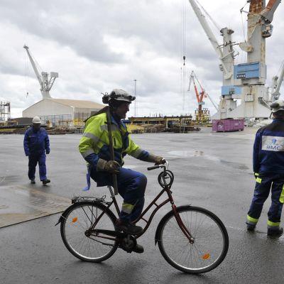 Työntekijöitä Rauma Marine Constructionsin telakka-alueella Raumalla 24. syyskuuta