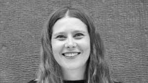"""Jaana Taskinen, regissör vid Tarinateatteri, har regisserat Anna Brummers pjäs """"Elämän rajalla"""", """"Vid livets gräns"""". 2021."""