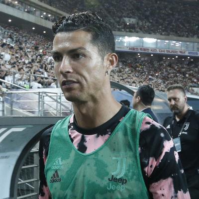 Cristiano Ronaldo framför en avbytarbänk.