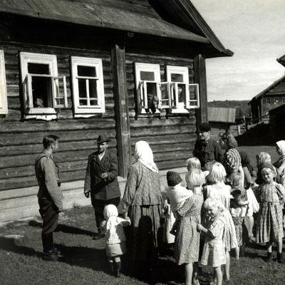 Pekka Tiilikainen nauhoitusmatkalla Kuujärvellä (1942).