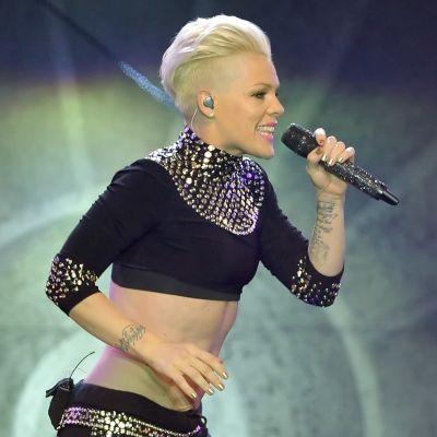 En blond kvinna sjunger i en mikrofon