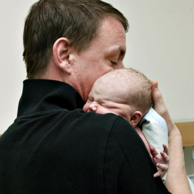 Vauva isänsä Thomas Leutbecherin sylissä Naistenklinikalla Helsingissä 12. kesäkuuta 2017.