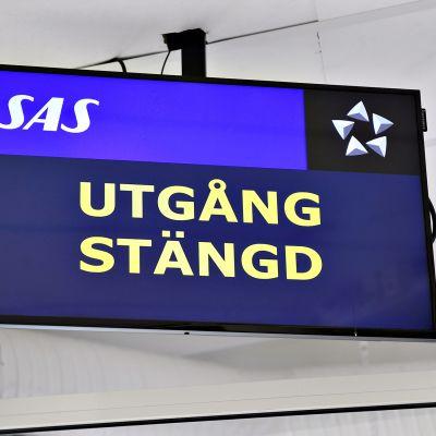 Ulospääsy suljettu -teksti ruotsalaisen SAS-lentoyhtiön näytöllä Örnsköldsvikin lentokentällä Ruotsissa 26. huhtikuuta.