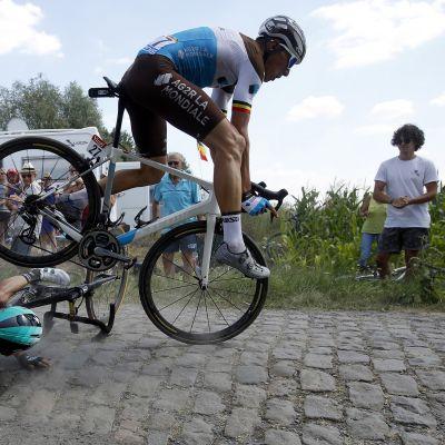 Kestävyysurheilu on hurjaa monella tavalla: tässä kolaroivat Rafal Majka (maassa) ja Olivier Naesen viime kesänä Ranskan ympäriajossa. Pyöräilijöitä on tutkittu, kun on yritetty määrittää ihmisen kestävän energiankulutuksen rajoja.