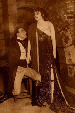 Aino Ackté ja Väinö Sola Toscan esityksessä Ruotsalaisessa teatterissa 1920.