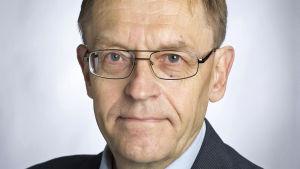 Porträtt av Jyrki Knuutila, professor i praktisk teologi vid Helsingfors universitet.