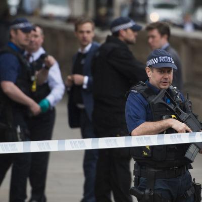Beväpnad polis i Westminster, centrala London, efter att man gripit en terrormisstänkt man 27.4.2017