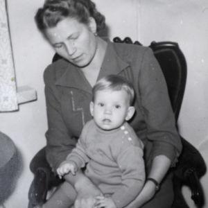 Kaj stenvall äitinsä sylissä vuonna 1952