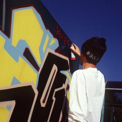 Graffititaiteilija tekee graffitia