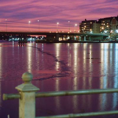 Helsingin Hakaniemen silta ja Siltavuorensalmi iltavalaistuksessa
