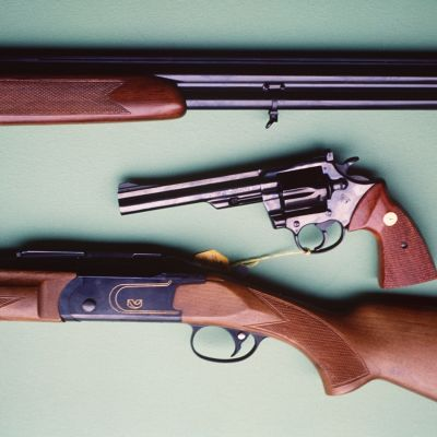 Handeldvapen på ett bord