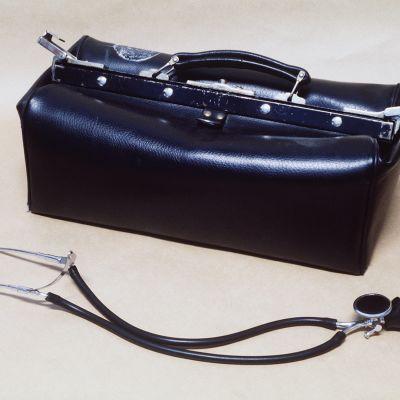 Läkarväska och stetoskop