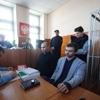 Venäläinen oikeussali, tuomareita, poliisi ja syytetty Ruslan Sokolovski.
