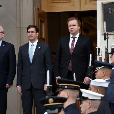 Ruotsin puolustusministeri Peter Hultqvist, Yhdysvaltain puolustusministeri Mark Esper sekä Suomen puolustusministeri Antti Kaikkonen (kesk.) tapaamisessa Washingtonissa.
