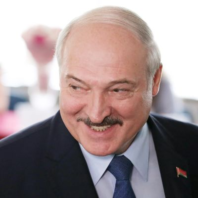 Lukašenka hymyilee maireasti