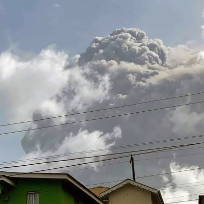 Tulivuoresta purkautuvaa tuhkaa Saint Vincentin yläpuolella.
