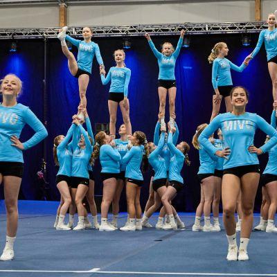 Mikkelin voimistelijoiden cheerleading-joukkue Rubies lavalla.