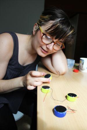 Tytti Arola tekemässä vedenalaisia mikrofoneja kesällä 2015.