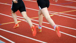 Två löpare på banan