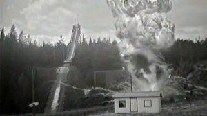 Ydinsotaa simuloiva esitys Lahden messuilla 1968, jossa Salpausselän pikkumäen juurella sijainnut mökki räjäytetään ilmaan.