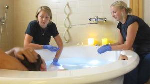Carolin Forsström och Madeleine Isuls assisterar vid den första vattenförlossningen vid Vasa centralsjukhus.