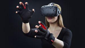 En kvinna med virtuella glasögon och ett par virtuella handskar.