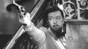 Michael Gambon osoittaa aseella Laulava salapoliisi -sarjassa.