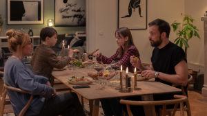"""Sofie (Ida Engvoll) och Johan (Johannes Bah Kuhnke) vid middagsbordet i Netflixserien """"Kärlek & anarki""""."""