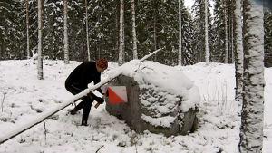 Jukka Lietzen suunnistaa lumisessa metsässä.